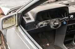被放弃的被碰撞的打破的汽车 免版税库存照片