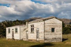 被放弃的被粉刷的农厂房子 免版税库存照片