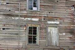 被放弃的被风化的大厦在国家 免版税库存照片