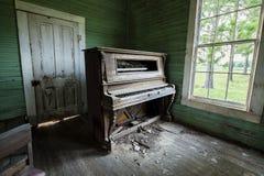 被放弃的被风化的教会钢琴 免版税库存图片