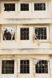 被放弃的被破坏的工厂窗口前面 库存照片
