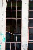被放弃的被破坏的工厂窗口外面 免版税库存照片
