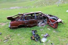 被放弃的被击毁的汽车 免版税库存图片