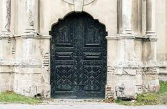 被放弃的装饰教会门 免版税库存照片