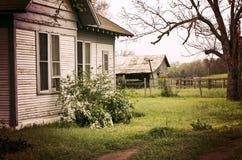 被放弃的议院&农场在东部得克萨斯 免版税库存照片