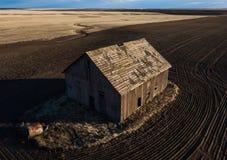 被放弃的谷仓油罐顶部角钢视图  免版税图库摄影