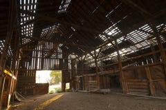 被放弃的谷仓里面 免版税库存图片