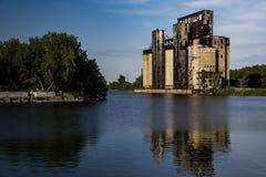 被放弃的谷物仓库和河-水牛城,纽约 免版税库存图片