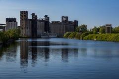 被放弃的谷物仓库和河-水牛城,纽约 免版税库存照片
