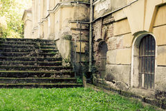 被放弃的豪宅楼梯 免版税库存图片