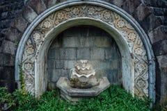 被放弃的豪宅老美丽的计算的被放弃的被破坏的喷泉  免版税图库摄影