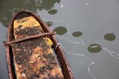 被放弃的越南小船 库存照片