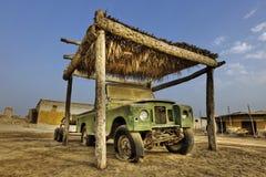 被放弃的车在哈伊马角-阿联酋 免版税库存照片