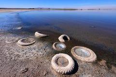 被放弃的轮胎, Salton海运 免版税库存照片