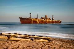 被放弃的遭到海难的货物的长的曝光图象 免版税库存照片