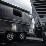 被放弃的钢拖车在大都会的中心 免版税库存图片