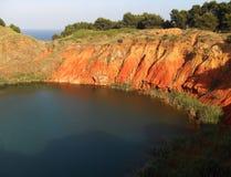 被放弃的铝土矿猎物的湖 库存图片