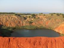 被放弃的铝土矿猎物的湖 图库摄影