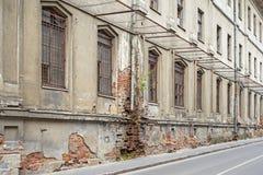 被放弃的难看的东西大厦与与上窗口 库存图片