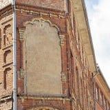 被放弃的难看的东西破裂的红砖大厦 免版税库存照片