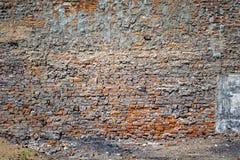 被放弃的难看的东西破裂的红砖灰泥墙壁 库存图片
