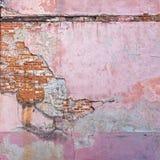 被放弃的难看的东西破裂的红砖灰泥墙壁 库存照片