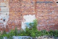 被放弃的难看的东西破裂的红砖灰泥墙壁 免版税库存图片