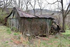 被放弃的难看的东西谷仓废墟 免版税图库摄影