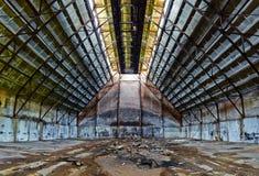 被放弃的飞机棚 免版税库存照片