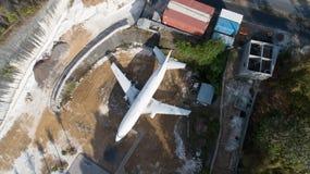 被放弃的飞机鸟瞰图在巴厘岛 免版税库存图片