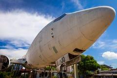 被放弃的飞机,在事业的老被碰撞的飞机 免版税库存图片