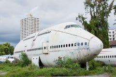 被放弃的飞机,老被碰撞的飞机与,平面击毁游人在 免版税图库摄影
