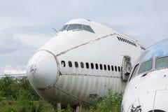 被放弃的飞机,老被碰撞的飞机与,平面击毁游人在 免版税库存照片