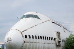 被放弃的飞机,老被碰撞的飞机与,平面击毁游人在 库存照片