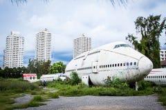 被放弃的飞机,老被碰撞的飞机与,平面击毁游人在 库存图片