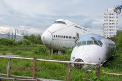 被放弃的飞机,老被碰撞的飞机与,平面击毁游人在 免版税库存图片