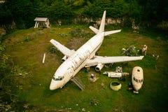 被放弃的飞机,老被碰撞的飞机 免版税库存图片