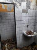 被放弃的鬼魂被破坏的房子toilett 免版税库存图片
