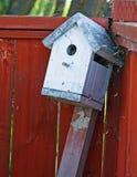 被放弃的鸟房子 免版税库存图片