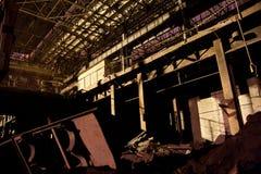 被放弃的黑暗在晚上生锈了被破坏的工业内部 沃罗涅日挖掘机植物 免版税库存照片