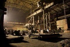 被放弃的黑暗在晚上生锈了被破坏的工业内部 沃罗涅日挖掘机植物 库存照片