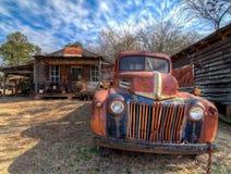 被放弃的,生锈的卡车,在鬼城外面 Murrayville?GA 免版税库存照片