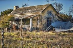被放弃的,被毁坏的农舍在农村得克萨斯 库存图片