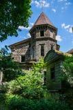 被放弃的,被破坏的和长满的木教会 免版税库存照片