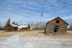 被放弃的仓前空地在冬天 免版税库存照片