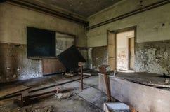 被放弃的黑暗的教室 库存图片