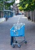 被放弃的购物的台车在街道离开在海牙 图库摄影