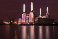 被放弃的巴特西发电站在晚上 库存照片
