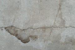 被放弃的破裂的老水泥墙壁 灰色肮脏的混凝土损坏的表面 Agedgreytexturewithsplodge 免版税图库摄影