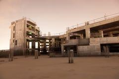 被放弃的建造场所在晚上 免版税库存照片